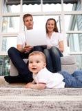 Familia con el ordenador Fotografía de archivo