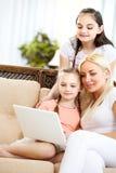 Familia con el ordenador Fotos de archivo