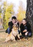 Familia con el perro imagen de archivo