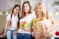 Familia con el producto alimenticio Imágenes de archivo libres de regalías
