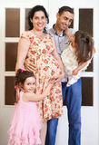 Familia con el retrato interior de los niños, la mujer embarazada y el hombre, retrato hermoso de la gente Foto de archivo libre de regalías