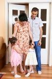 Familia con el retrato interior de los niños, la mujer embarazada y el hombre, retrato hermoso de la gente Imagen de archivo