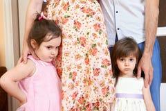 Familia con el retrato interior de los niños, la mujer embarazada y el hombre, retrato hermoso de la gente Fotografía de archivo libre de regalías