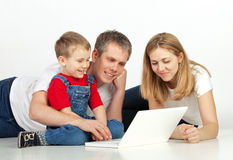 Familia con la computadora portátil Fotos de archivo