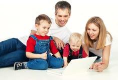 Familia con la computadora portátil Imagen de archivo libre de regalías