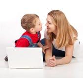 Familia con la computadora portátil Imagenes de archivo