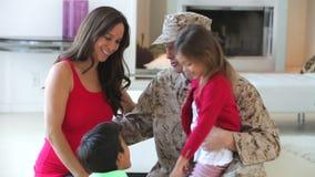 Familia con la madre embarazada y el padre militar almacen de metraje de vídeo