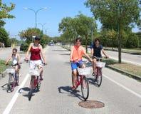 Familia con la madre y tres niños en las bicis fotos de archivo libres de regalías