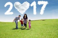Familia con la nube 2017 en el campo Imagenes de archivo