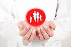 Familia con la protección de manos Fotografía de archivo libre de regalías