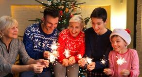 Familia con las bengalas en el tiempo de la Navidad Fotos de archivo libres de regalías