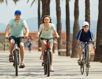 Familia con las bicicletas al aire libre Imagen de archivo libre de regalías