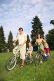 Familia con las bicis Foto de archivo