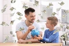 Familia con las huchas y el dinero fotos de archivo