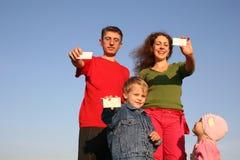 Familia con las tarjetas para el texto Fotografía de archivo libre de regalías