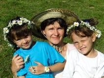 Familia con los encadenamientos de margarita Foto de archivo