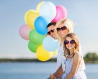 Familia con los globos coloridos fotografía de archivo libre de regalías