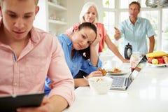 Familia con los niños adultos que tienen discusión en el desayuno Fotos de archivo libres de regalías