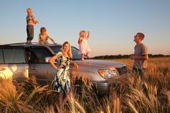 Familia con los niños en el coche campo a través fotos de archivo