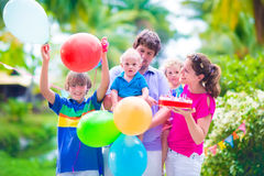 Familia con los niños en la fiesta de cumpleaños Imágenes de archivo libres de regalías