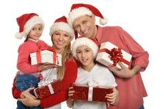 Familia con los niños en los sombreros de santa Fotografía de archivo libre de regalías
