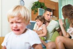 Familia con los niños que tienen pelea Fotografía de archivo libre de regalías
