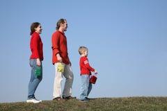 Familia con los pequeños bolsos Foto de archivo