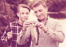 Familia con los pescados catched Imagenes de archivo