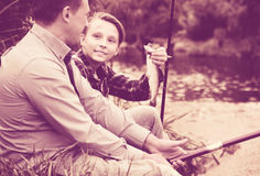 Familia con los pescados catched Foto de archivo libre de regalías