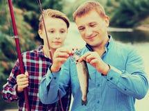 Familia con los pescados catched Fotos de archivo libres de regalías