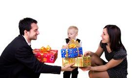 Familia con los presentes Imagen de archivo libre de regalías