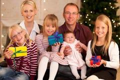 Familia con los presentes en la Navidad Fotos de archivo libres de regalías