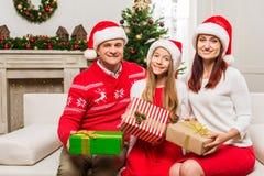 Familia con los regalos de la Navidad Imagen de archivo libre de regalías