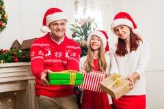 Familia con los regalos de la Navidad Imágenes de archivo libres de regalías