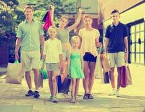 Familia con mucho gusto que hace compras en ciudad Imagenes de archivo
