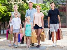 Familia con mucho gusto que hace compras en ciudad Fotografía de archivo