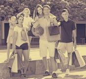 Familia con mucho gusto que hace compras en ciudad Imagen de archivo libre de regalías
