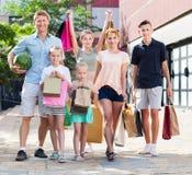 Familia con mucho gusto que hace compras en ciudad Foto de archivo libre de regalías