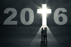 Familia con números 2016 y un símbolo cruzado Imagen de archivo libre de regalías