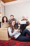 Familia con tecnología inalámbrica Imágenes de archivo libres de regalías