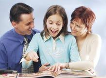 Familia con un libro imágenes de archivo libres de regalías
