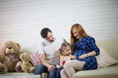 Familia con un niño y una madre embarazada Fotos de archivo