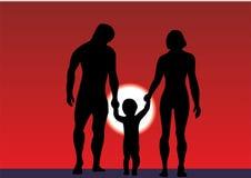 Familia con un peque?o ni?o en la playa Vacaciones de familia del verano por el mar o el oc?ano familia feliz de la silueta en la ilustración del vector
