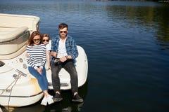 Familia con vacaciones de la hija junto en el velero en el lago imágenes de archivo libres de regalías