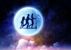 Familia contra la Luna Llena Técnicas mixtas imagenes de archivo
