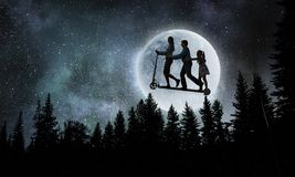 Familia contra la Luna Llena Técnicas mixtas imagen de archivo libre de regalías