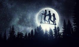 Familia contra la Luna Llena Técnicas mixtas Foto de archivo