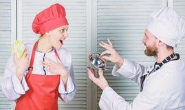 Familia culinaria Mujer y hombre barbudo que cocinan junto Cocinar la comida exclusiva ?nase a la forma de vida gastr?noma delici fotografía de archivo libre de regalías