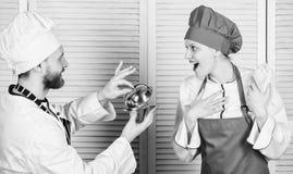 Familia culinaria Mujer y hombre barbudo que cocinan junto Cocinar la comida exclusiva ?nase a la forma de vida gastr?noma delici foto de archivo libre de regalías