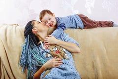 Familia, día del ` s de la madre, hijo, niño, sonrisa, alegre, niñez, foto de archivo libre de regalías